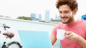 שירותי קידום אתרים פרסום בגוגל ושיווק באינטרנט לעסקים – בחור ומחשב